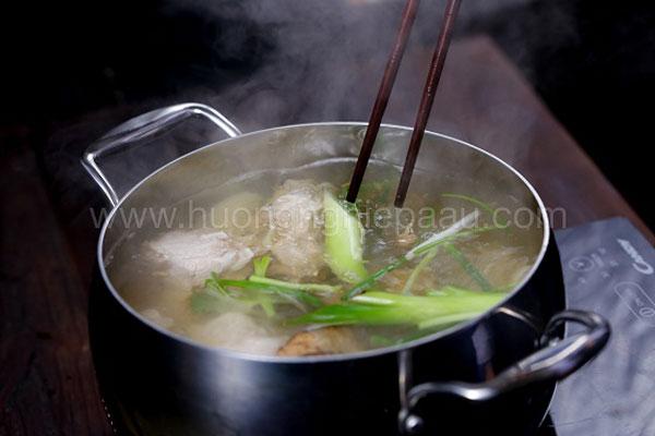 Nấu nước dùng hủ tiếu Nam Vang